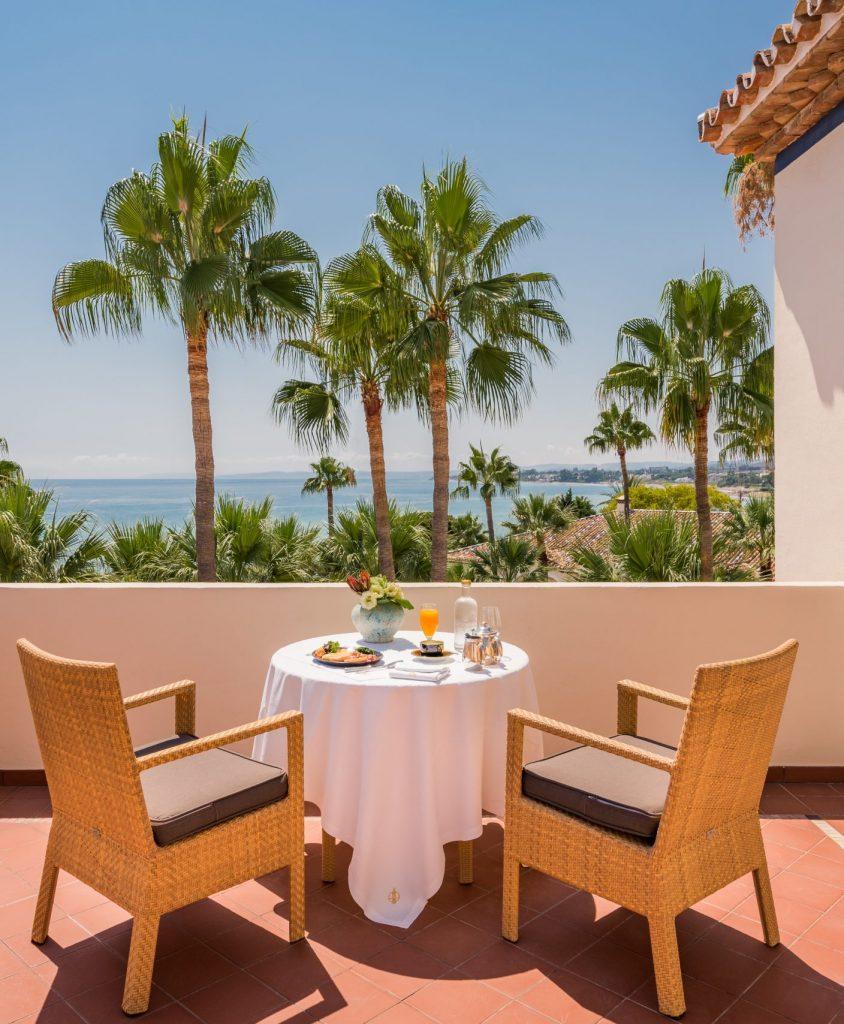 desayuno en la terraza con vistas al mar